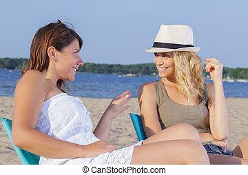belles femmes, plage, deux, jeune