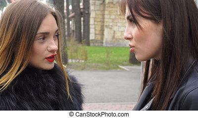 belles filles, parc, deux, conversation
