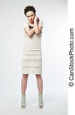 belleza, hembra, en, blanco, contemporáneo, vestido, posar