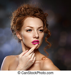 belleza, modelo, niña, con, rizado, pelo rojo, largo, eyelashes., hermoso, elegante, mujer, con, sano, liso, skin., perfecto, makeup.