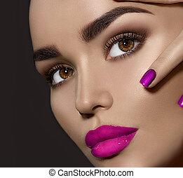 belleza, morena, mujer, con, perfecto, maquillaje
