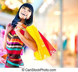 belleza, mujer, con, bolsas de compras, en, centro comercial