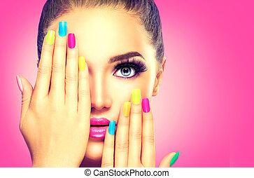 belleza, niña, cara, con, colorido, esmalte uñas