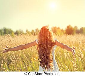 belleza, niña, con, pelo largo, el gozar, naturaleza, levantar, manos