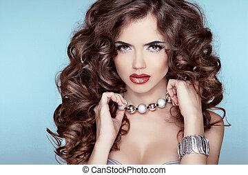 belleza, portrait., hairstyle., moda, morena, niña, encima, azul, fondo., joyas, accessories.