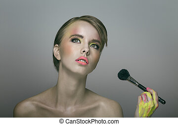 belleza, retrato, de, joven, bastante, mujer, aplicación de maquillaje