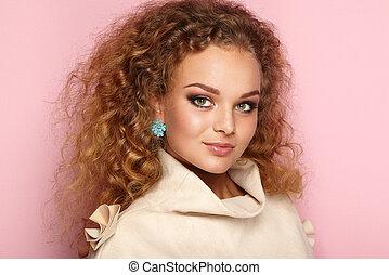 bellezza, donna, con, lungo, e, baluginante, capelli ricci