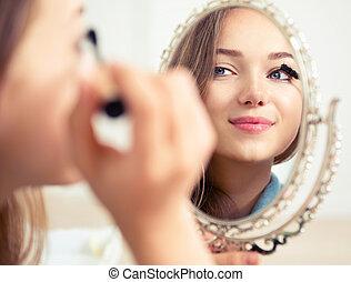 bellezza, modello, ragazza, osservando specchio, e, applicare, mascara