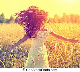 bellezza, ragazza, con, lungo, sano, soffiando, capelli, correndo, su, il, campo