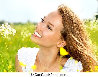 bellezza, ragazza, in, il, prato, dire bugie, su, erba verde, con, fiori selvaggi