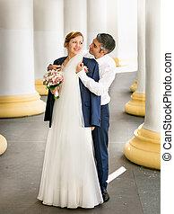 bello, antico, sposo, indietro, abbracciare, giovane, sposa, colonne