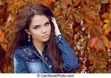 bello, autunno, donna, riccio, giovane, capelli lunghi, ritratto