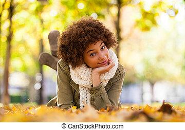 bello, autunno, esterno, persone, -, giovane, giù, donna americana, nero, africano, ritratto, dire bugie