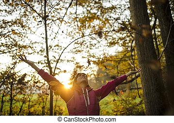 bello, autunno, vita, donna, natura, foglie, su, giovane, alto, godere, lei, aria, tiri
