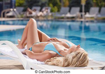 bello, bellezza, ponte, giovane, in pausa, bikini, chair., sedia, stagno, donne