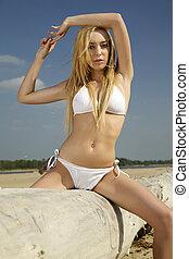 bello, biondo, donna, in, bikini bianco