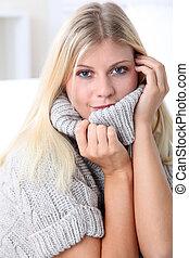 bello, biondo, donna rilassa, a casa, in, inverno