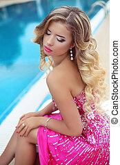 bello, biondo, modello, ragazza, in, moda, vestito colore rosa, con, trucco, e, lungo, ondulato, hair., bellezza, donna, luminoso, make-up., viola, rossetto, e, accessories.