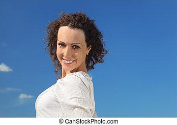 bello, blu, donna, cielo, giovane, sorridente, ritratto, riccio