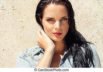bello, brunetta, donna, capelli bagnati, luce sole, esterno