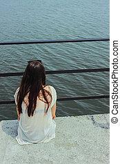 bello, brunetta, ragazza, seduta, solo, su, uno, banchina, e, guardando, acqua, in, vacanza estate