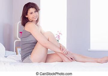 bello, brunetta, sedendo letto, sorridente, macchina fotografica