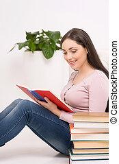 bello, brunetta, seduta, pavimento, giovane, reading., libro, lettura ragazza, sorridente