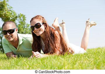 bello, bugia, coppia, giovane, giù, erba