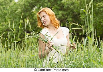 bello, camminare, campo frumento, attraverso, ragazza