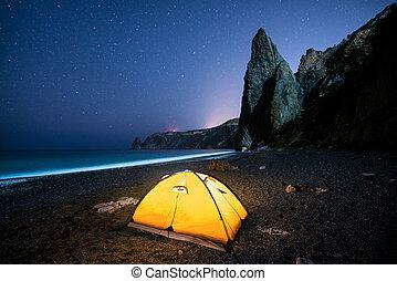 bello, campeggio, stellato, cielo notte, pietre ardenti, riva, mare, sotto, tenda
