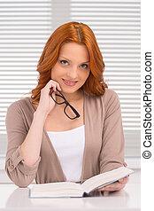 bello, carino, donna sedendo, giovane, book., presa a terra, lettura ragazza, occhiali