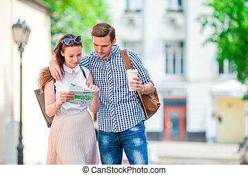 bello, città, caffè, donna, attractions., turista, happy., mappa, grande, coppia, europa, giovane, caldo, ricerca, viaggiare, uomo sorridente, amici, caucasico, felice