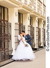 bello, città, sposo, sposa, stare in piedi, fondo, architettura