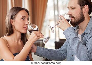 bello, coppia amorosa, è, godere, rosso, bevanda, in, ristorante