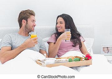 bello, coppia, colazione, letto, detenere