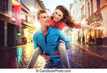 bello, coppia, divertimento, su, uno, giorno piovoso