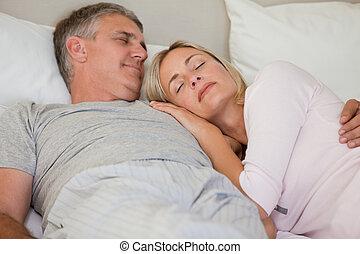 bello, coppia, in pausa, su, loro, letto