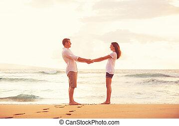 bello, coppia romantica, tramonto, godere, spiaggia