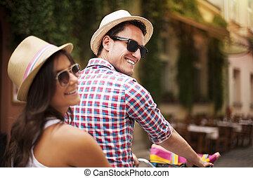 bello, coppia, su, bicicletta, città