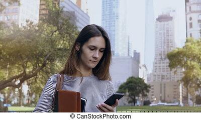 bello, documenti, donna d'affari, lavoro, giovane, america., smartphone, presa a terra, usando, new york