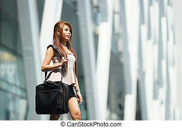 bello, donna affari, camminare, esterno, lei, ufficio, con, briefcase.