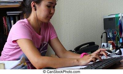 bello, donna asiatica, lavorando, uno, computer