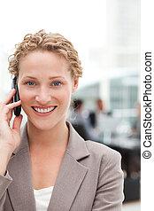 bello, donna d'affari, telefonare, in, lei, ufficio