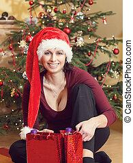 bello, età media, donna, in, cappello santa, seduta, appresso, il, albero natale
