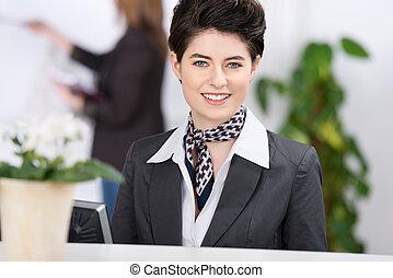bello, femmina, receptionist, dare benvenuto, con, sorriso