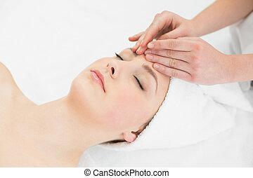 bello, fronte, donna, massaggio, mani