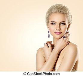 bello, gioielleria, donna, bellezza, fare, gioielleria, trucco, su, giovane ragazza, moda, sfondo beige, modello, faccia, sopra