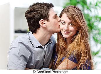 bello, giovane, abbracciare, suo, amica, con, amore