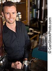 bello, giovane, barista, lavorando, caffè
