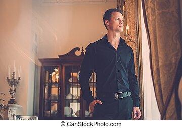 bello, giovane, bene-vestito, uomo, in, lusso, casa, interno